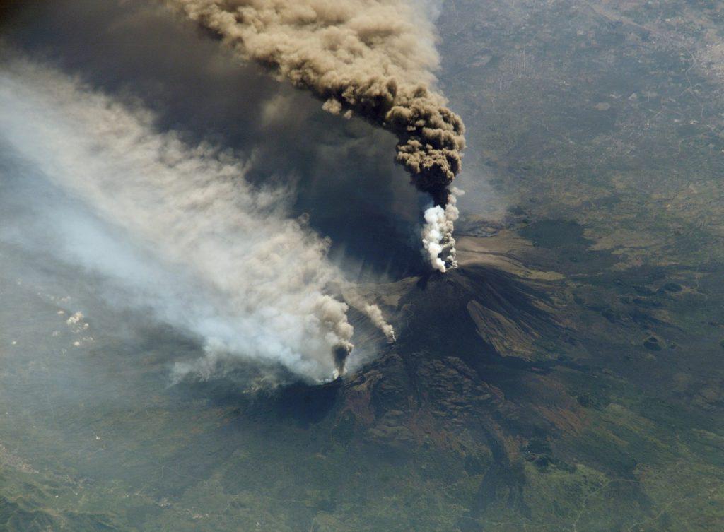 cloud of smoke, etna, volcanic eruption